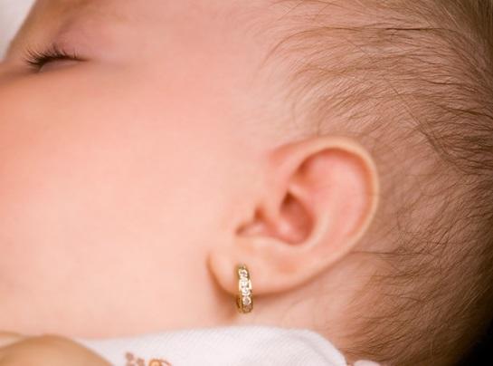 как ухаживать за проколотыми ушами ребенка