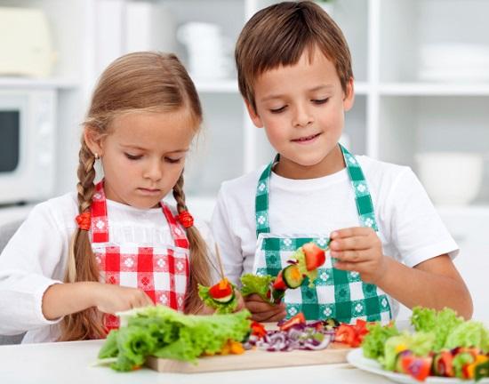 как научить ребенка помогать