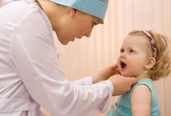 у ребенка болит горло что делать